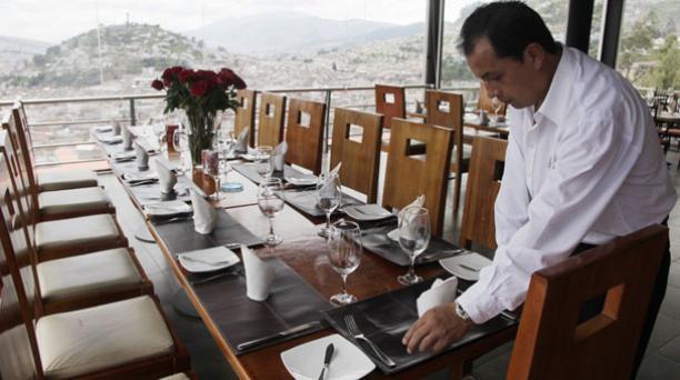 En Quito, los restaurantes crearon paquetes especiales por San Valentín. Las reservas para cenar en el Restaurante Mirador El Ventanal (San Juan) se agotaron. Foto: Galo Paguay/ EL COMERCIO.