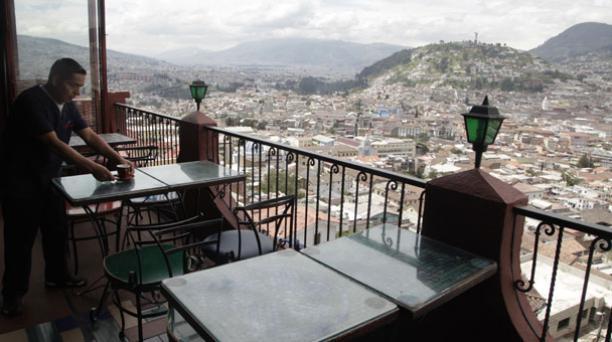 En Quito, los restaurantes con vista hacia el centro de la ciudad aprovecharon la vista para crear paquetes para una romántica velada. En la foto el Café Restaurante El Mosaico. Foto: Galo Paguay/ EL COMERCIO.