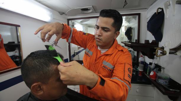 El corte del cabello de la tripulación lo realiza Miguel Aguilar. Fotos: Enrique Pesantes/ EL COMERCIO.
