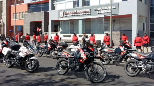 Los bomberos alistaron sus motocicletas para emprender la caravana póstuma al bombero fallecido Marco Vinicio Bastidas. Foto: Eduardo Terán / EL COMERCIO