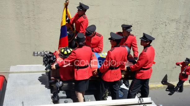 La caravana se dirigió al Centro Histórico de Quito, para ser velado en el Salón de la Ciudad con honores. Foto: Eduardo Terán/ EL COMERCIO