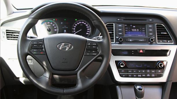 El volante incluye botones de control de varias funciones.