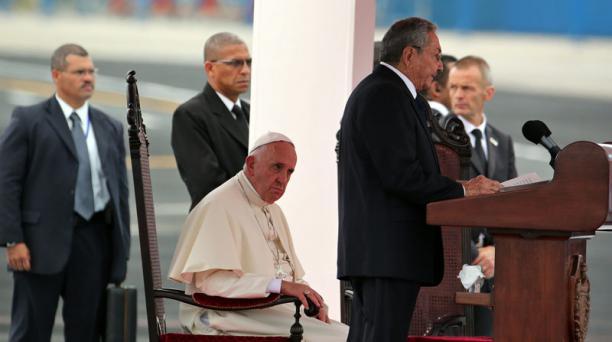 El papa Francisco escucha el discurso del presidente de Cuba, Raul Castro (d), el sábado 19 de septiembre de 2015, en La Habana. Foto: Alejandro Ernesto/ EFE.