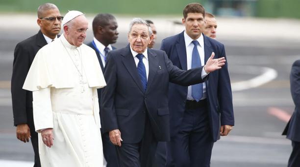 El papa Francisco es recibido por el presidente de Cuba, Raúl Castro. Foto: EFE.