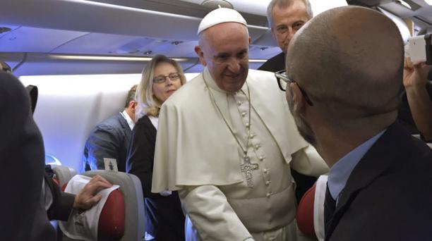 El papa Francisco saludó a los periodistas que le acompañaban. Foto: Javier Alonso/ EFE.