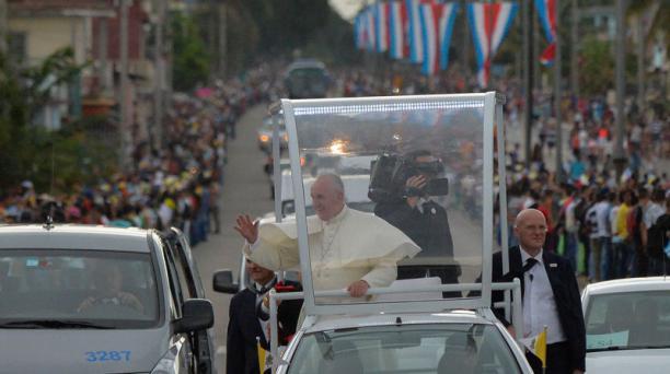El papa Francisco saluda a los cubanos desde su papamóvil el sábado 19 de septiembre de 2015, en La Habana. Foto: EFE.