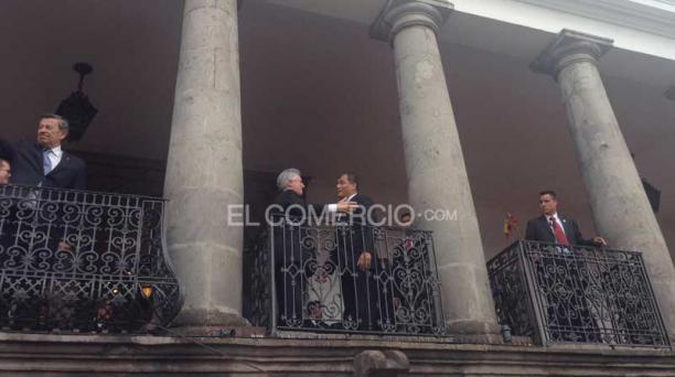 El presidente Rafael Correa (der.) recibió a su homólogo, Tabaré Vásquez,  en Carondelet, para la cita prevista entre los mandatarios Juan Manuel Santos y Nicolás Maduro. Foto: EL COMERCIO