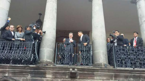 El presidente de Colombia, Juan Manuel Santos, estuvo acompañado con su canciller, María Ángela Holguín, a su entrada en Carondelet. La alegría primó en la llegada de los mandatarios al palacio de Gobierno de Quito. Foto: Eduardo Terán/ EL COMERCIO