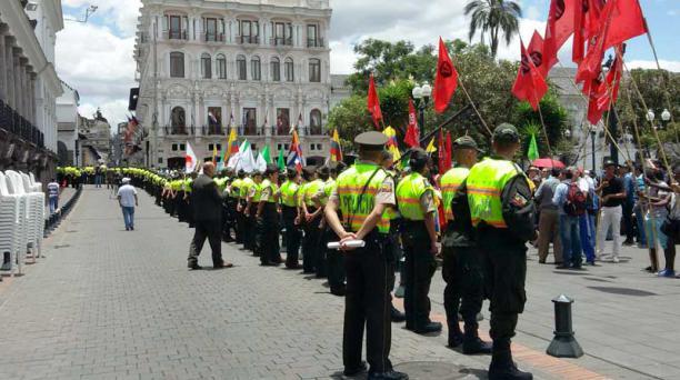 Personas con las banderas de Colombia y Venezuela llegaron hasta la plaza grande, para presenciar la llegada de los presidentes que buscan solucionar la crisis fronteriza. Foto: Eduardo Terán/ EL COMERCIO