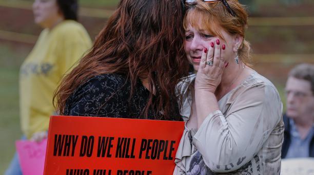 Manifestantes que rechazan la pena de muerte se reúnen a las afueras de la prisión Georgia Diagnostic hoy, martes 29 de septiembre de 2015, antes de la hora programada para la ejecución de Kelly Gissendaner, en Jackson, Georgia (EE.UU.).