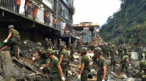 Fotografía facilitada por la Agencia Militar de Noticias que muestra a varios soldados despejando los escombros tras el paso del tifón Dujuan en Taipei, Taiwán.