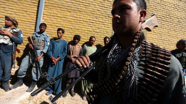 Un policía afgano custodia a un grupo de supuestos combatientes talibanes que fueron arrestados durante una operación en Herat (Afganistán).