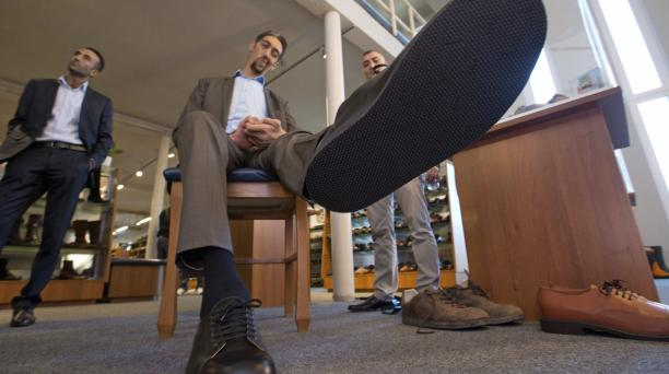 Sultan Koesen (centro), la persona más alta del mundo, con 2,51 metros muestra su pie en Vreden (Alemania).