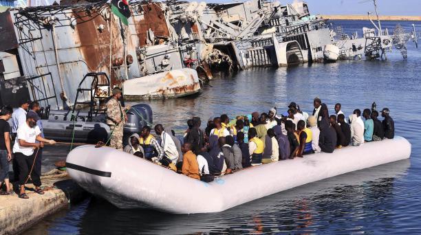 Algunos de los 346 refugiados rescatados por los Guardias costeros libios a su llegada al puerto de Trípoli en Libia.