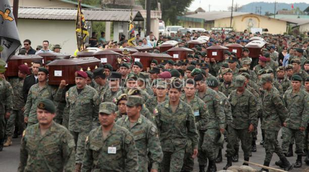 Desde la localidad de Shell, los féretros de los militares fallecidos en un accidente aéreo en Pastaza fueron trasladados a Quito. Foto: Glenda Giacometti/ EL COMERCIO