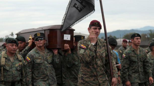 Amigos y compañeros militares lamentaron la muerte de 22 uniformados, después de la caída de un avión que cumplía labores de entrenamiento. Foto: Glenda Giacometti/ EL COMERCIO