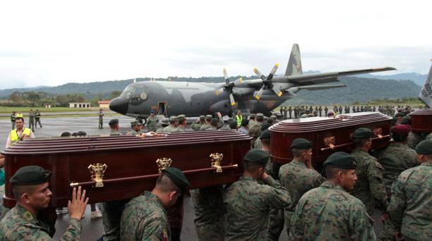Los restos de 17 militares fueron trasladados a Quito para la ceremonia fúnebre. Foto: Glenda Giacometti/ EL COMERCIO