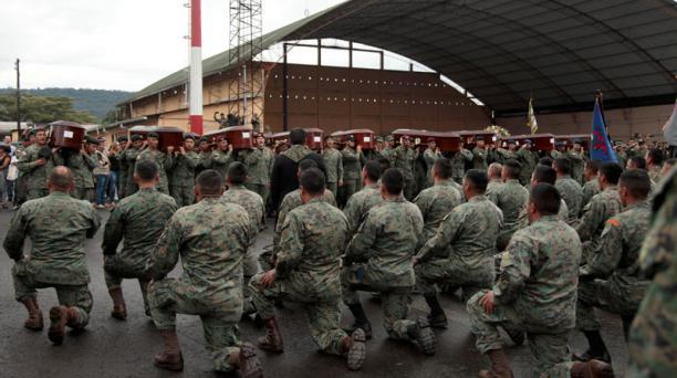 Los militares despidieron a sus compañeros con la oración del Comando del Ejérctio ecuatoriano. Foto: Glenda Giacometti/ EL COMERCIO