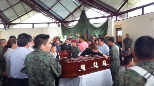 Hasta la capilla ardiente llegaron los familiares de los militares fallecidos, después de conocer sobre la tragedia. Foto: Glenda Giacometti/ EL COMERCIO
