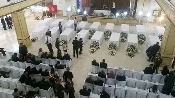 En la Escuela Superior Militar (Esmil), en el norte de Quito, se preparó una capilla ardiente para el funeral de los militares fallecidos. Foto: Paúl Rivas/ EL COMERCIO