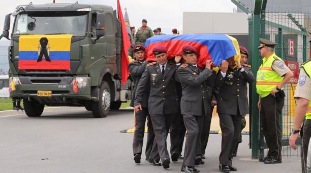 Los militares cargaron los féretros de sus compañeros fallecidos, para movilizarlos hacia la ceremonia en la Esmil. Foto: Alfredo Lagla/ EL COMERCIO