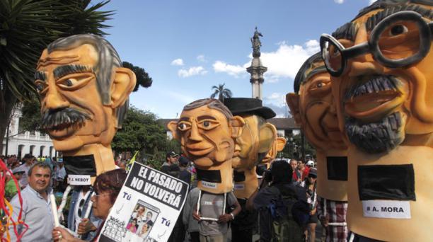 Monigotes fueron parte de la concentración del oficialismo, en la Plaza Grande. Foto: Galo Paguay/ EL COMERCIO