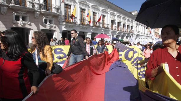 Un gremio de artesanos mostró una bandera gigante, frente a Carondelet. Foto: Galo Paguay/ EL COMERCIO