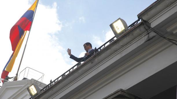 El presidente Rafael Correa saludó a sus simpatizantes, desde el balcón del Palacio de Carondelet, durante la llegada de los oficialistas. Foto: Galo Paguay/ EL COMERCIO