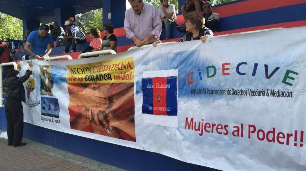 Las personas contrarias a la propuesta de reforma tributaria colocaron pancartas en las vallas de seguridad de la Policía Nacional. Foto: Alfredo Lagla/ EL COMERCIO
