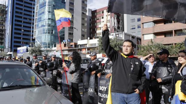 Los manifestantes se apostaron a un lado de la av. De los Shyris, en el norte de Quito, antes de las 17:00. Foto: Alfredo Lagla/ EL COMERCIO