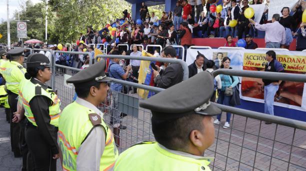 Miembros de la Policía Nacional resguardaron a los asistentes a la marcha de la oposición en Los Shyris. Foto: Alfredo Lagla/ EL COMERCIO