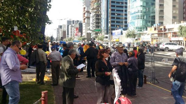 Los participantes de la marcha contraria se ubicaron en la vereda de la av. De los Shyris. Foto: Alfredo Lagla/ EL COMERCIO