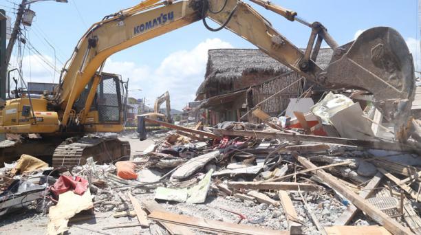 Los trabajos se intensifican para encontrar personas con vida atrapadas entre los escombros en Canoa. Los damnificados se encuentran en albergues provisionales este martes 19 de abril del 2016. Foto: Diego Pallero / EL COMERCIO