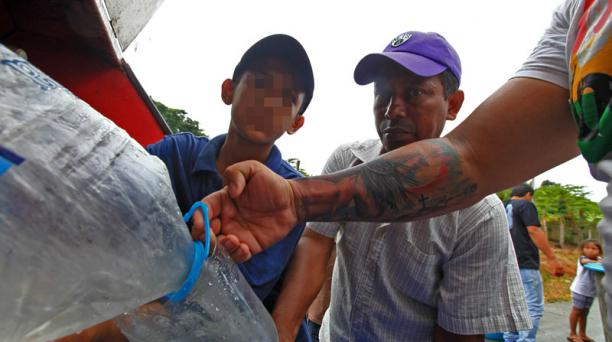En la imagen se observa la entrega de agua en la parroquia de Marco, zona rural de la provincia de Manabí. Foto: Julio Estrella / EL COMERCIO