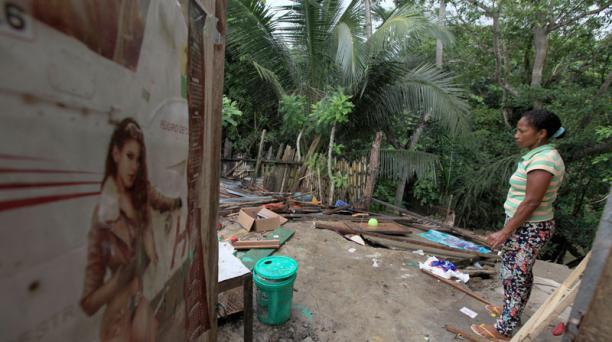 Dayana Olivo observa la destrucción que dejó el terremoto del pasado sábado 16 de abril del 2016. Ella vive en Río Cheve, zona rural de Manabí. Foto: Julio Estrella / EL COMERCIO