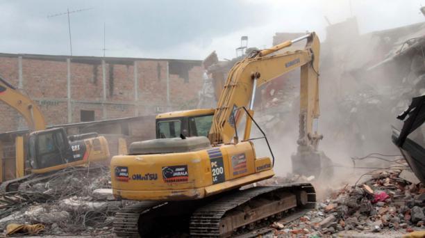 Los trabajos de remoción de escombros comenzaron en las calles 10 de Agosto y Coronel Sabando en Portoviejo este viernes 22 de abril del 2016. Foto: Mario Faustos / EL COMERCIO
