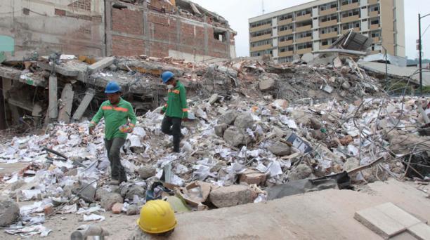 En el centro de Portoviejo ya se realizan trabajos de remoción de escombros este viernes 22 de abril del 2016. Foto: Mario Faustos / EL COMERCIO