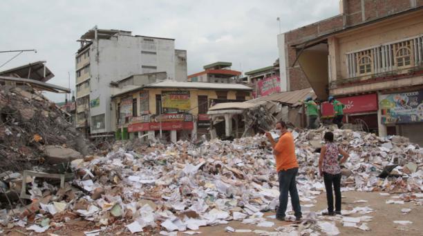 Los dueños de las viviendas del centro de Portoviejo comenzaron a retirar los enseres que quedaron entre los escombros para dar paso al trabaja de maquinaria pesada. Foto: Mario Faustos / EL COMERCIO