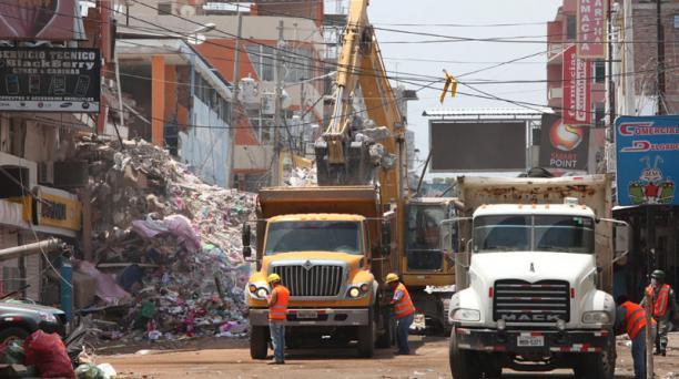 En el barrio Tarqui se realizan actividades de remoción de escombros. Foto Pavel Calahorrano / EL COMERCIO