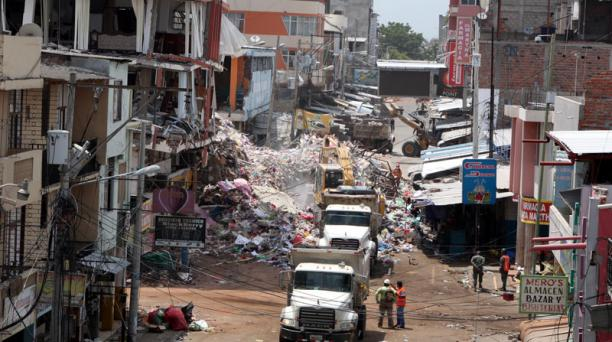 Las actividades para el retiro de escombros comenzó en el barrio Tarqui.  Foto Pavel Calahorrano / EL COMERCIO