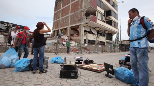 Personal del Municipio de Pedernales colabora con el retiro de objetos útiles de los edificios antes de que sean derrocados. Foto: Vicente Costales / EL COMERCIO