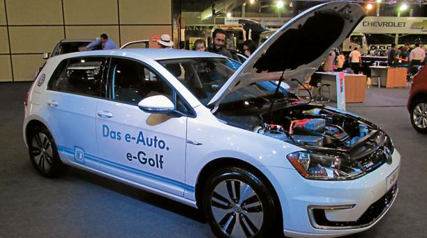La variante con motor eléctrico del Volkswagen Golf llamó la atención de los visitantes. CARBURANDO