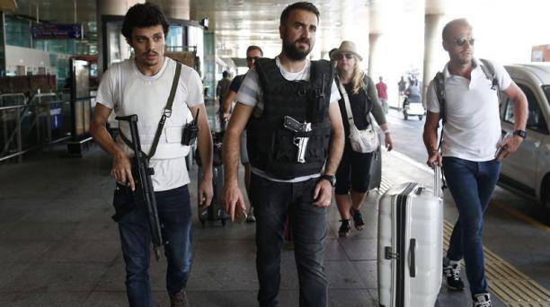 Policías turcos patrullan los alrededores del aeropuerto internacional de Atatürk en Estambul (Turquía) hoy, 29 de junio de 2016. El aeropuerto de Atatürk en Estambul, blanco de un triple atentado suicida que ha causado al menos 41 muertos. Foto: EFE