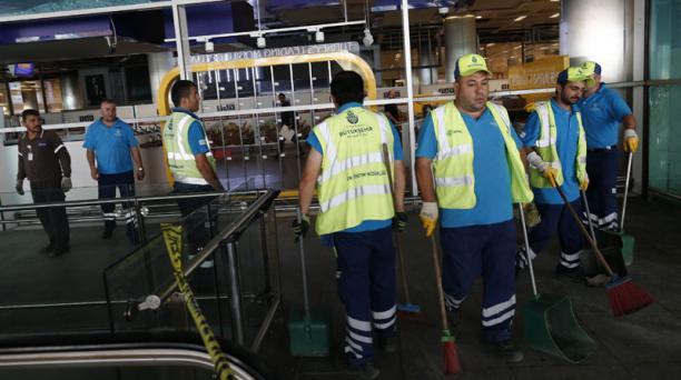 Trabajadores limpian los destrozos provocados por el atentado en el aeropuerto internacional de Atatürk en Estambul. Foto: EFE