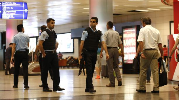 Policías patrullan en el aeropuerto internacional de Atatürk en Estambul (Turquía) el miércoles 29 de junio de 2016. Foto: EFE