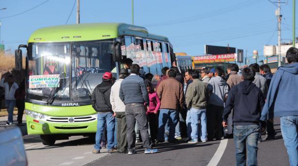 Los transportistas de los buses de los valles paralizaron el servicio en Tumbaco, Cumbayá, El Quinche, Tababela y Guayllabamba, este 1 de agosto del 2016. Foto: Alfredo Lagla/ EL COMERCIO