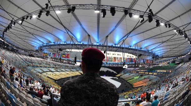 Un miembro de las fuerzas de seguridad en el estadio Maracaná previo a la ceremonia de apertura de los Juegos Olímpicos de Río 2016. AFP