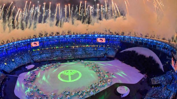 Esta imagen muestra una visión general durante la ceremonia de apertura de los Juegos Olímpicos de Río 2016 en el estadio Maracaná de Río de Janeiro el 5 de agosto de 2016. AFP