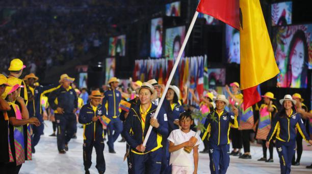 Estefanía García, judoca ecuatoriana, lidera la delegación ecuatoriana en el estadio Maracaná de Río de Janeiro en la ceremonia inaugural de los Juegos Olímpicos de Río 2016. EFE