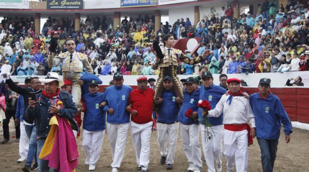 Corrida de toros en la plaza de toros de San Isidro Labrador de Latacunga . Torero Enrique Ponce y Roca Rey salen en hombros de la plaza. Foto: Galo Paguay/EL COMERCIO